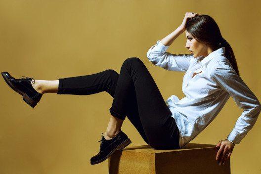 Flache Schuhe wie z. B. Oxford Brogues oder Chelsea Boots können ein Teil des Dandy Looks sein. (Bild: Elaine Nadiv – Shutterstock.com)