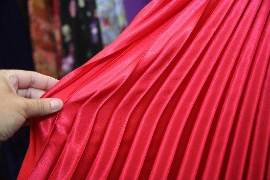 Plisseefalten sind bekannt von edlen Kleidern und Faltenröcken. (Bild: Stacy Barnett – Shuttertock.com)