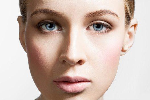 Grundlage für jedes Metallic-Make-up ist dabei ein ebenmässiger Porzellan-Teint. (Bild: BeautyStockPhoto – Shutterstock.com)