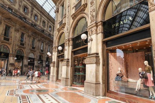 Prada und Miu Miu gehören zu den bekanntesten Labels in der Welt der Designermode. (Bild: Grzegorz Petrykowski – Shutterstock.com)