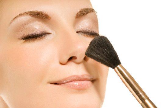 Am Schluss das Make-up abzupudern erhöht die Haltbarkeit. (Bild: Nejron Photo – Shutterstock.com)