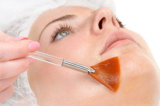 Besonders wirksam ist Retinol. (Bild: Serghei Starus – Shutterstock.com)