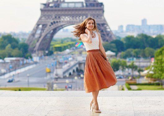 Ein Midi-Rock zaubert irre lange Beine in Kombination mit High Heels und Taillengürteln. (Bild: Ekaterina Pokrovsky – Shutterstock.com)