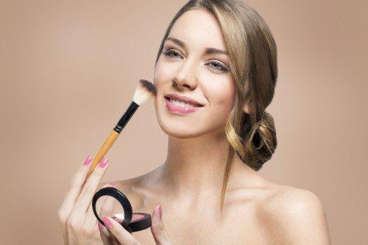 Puderrouge ist in der Regel einfacher aufzutragen als Cremerouge. (Bild: Eviled – Shutterstock.com)