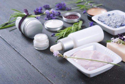 Seren enthalten bis zu 3-mal so viele Wirkstoffe wie eine Creme. (Bild: © images72 - shutterstock.com)