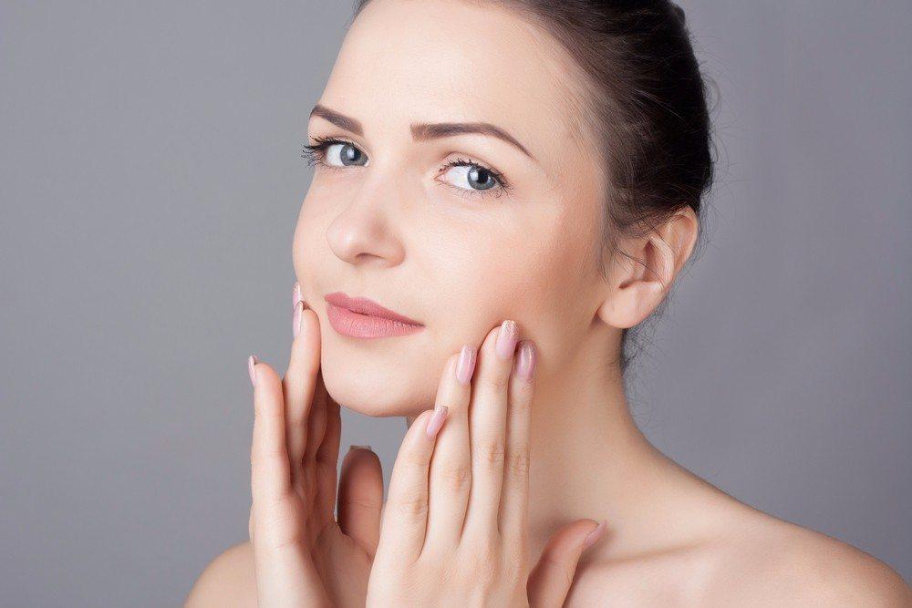 Fettige Haut sollte täglich intensiv mit warmem Wasser und fettlösender Reinigung gereinigt werden. (Bild: © Eugenia Lucasenco - shutterstock.com)