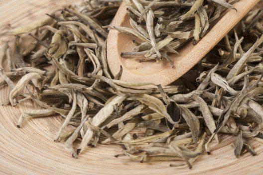 Weisser Bio-Tee und Coenzym Q10 stimulieren die Hautfunktionen. (Bild: Vladimir Sazonov – Shutterstock.com)