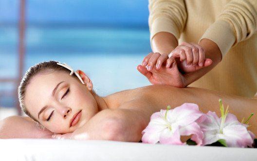 Massagen sind die ideale Lösung, wenn man sich so richtig entspannen möchte. (Bild: Valua Vitaly – Shutterstock.com)