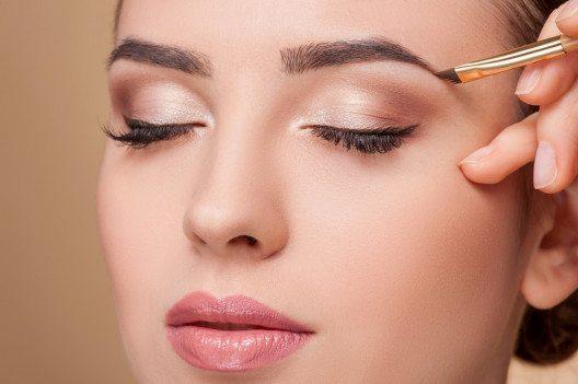 Um Augenbrauen zu betonen, greift man auf Augenbrauenstifte oder -puder zurück. (Bild: Olena Yakobchuk – Shutterstock.com)