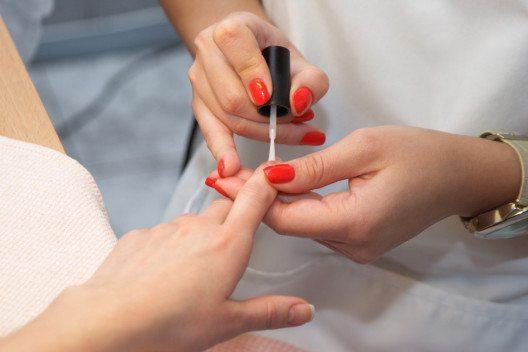 Niemals den Farblack einfach so auf den Nagel auftragen, stets Base Coat verwenden. (Bild: Galina Mikhalishina – Shutterstock.com)