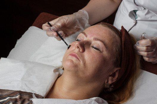 Über Retinol-Pflegeprodukte kann die Haut das notwendige Vitamin A aufnehmen. (Bild: Serko1982 – Shutterstock.com)