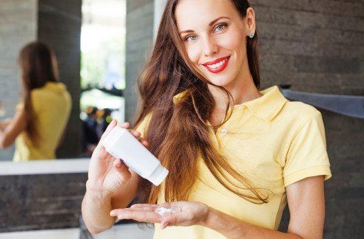 Mit der richtigen Pflege lässt sich auch feines Haar in eine Traummähne verwandeln! (Bild: Mila Supinskaya – Shutterstock.com)