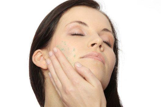 Es ist empfehlenswert, die Haut – je nach Hautsituation – regelmässig zu peelen. (Bild: Piotr Marcinski – Shutterstock.com)