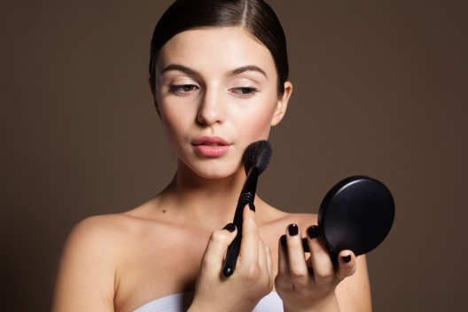 Der Puder fixiert das Make-up. (Bild: PonomarenkoNataly – Shutterstock.com)