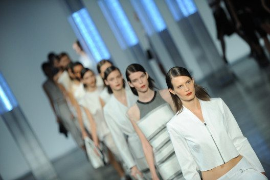 Purer Minimalismus – Designer Helmut Lang. (Bild: FashionStock.com – Shutterstock.com)