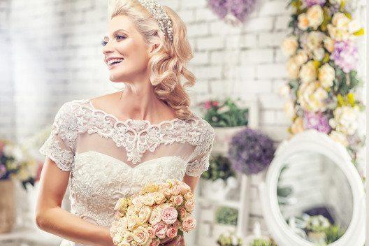 Der Stil des Brautkleids sollte das Haarstyling mitbeeinflussen. (Bild: Jaroslav Monchak – Shutterstock.com)