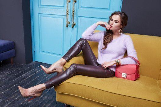 Eine perfekt sitzende Hose aus Leder ist so vielseitig wie zeitlos. (Bild: indira's work – Shutterstock.com)