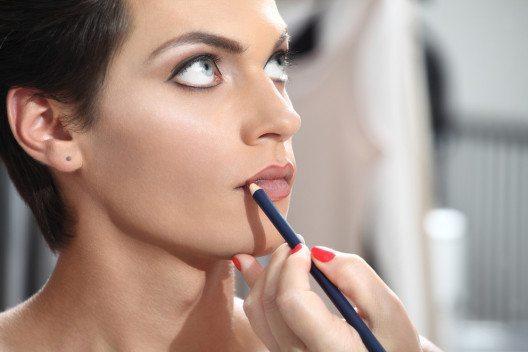 Der Lippenkonturenstift sollte eine Farbnuance dunkler sein als der Lippenstift. (Bild: visivastudio – Shutterstock.com)