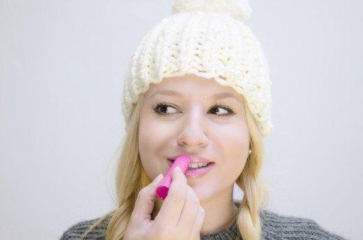 Sehr zu empfehlen sind Lippenpflegeprodukte mit einem hohen Anteil an pflegenden Substanzen. (Bild: Phoenixns – Shutterstock.com)