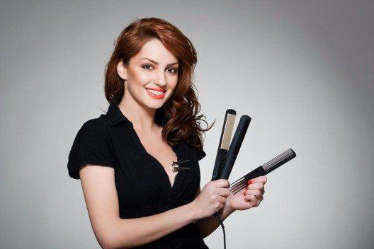 Ein Glätteisen ist eine echte Wunderwaffe, wenn es um schnelles und unkompliziertes Haarstyling geht. (Bild: © Skydive Erick - shutterstock.com)