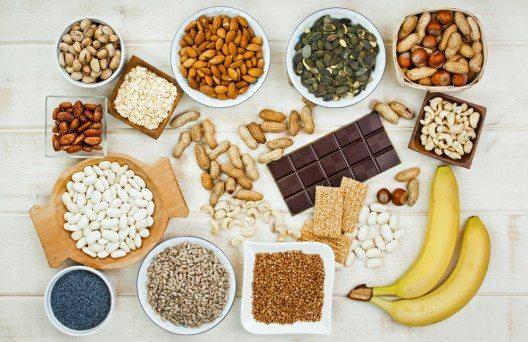 Zu den wichtigsten Magnesiumlieferanten zählen Nüsse, Gemüse und Getreide. (Bild: Evan Lorne – Shutterstock.com)
