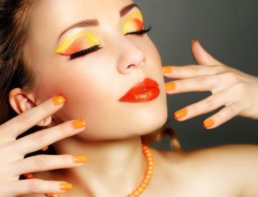 Keine andere Farbe wird so sehr mit dem Sommer assoziiert wie Gelb. (Bild: AntonMaltsev – Shutterstock.com)