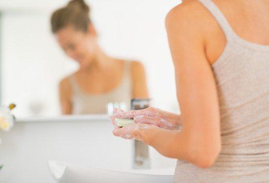 Seit über 2.000 Jahren kultiviert die Menschheit die Körperreinigung mit Wasser und Seife. (Bild: Alliance – Shutterstock.com)