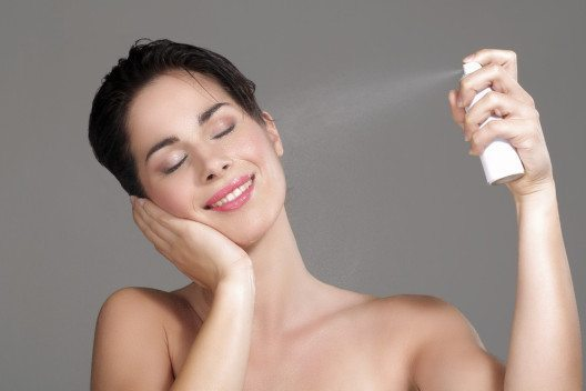 Das Make-up kann mit einem Thermalwasserspray fixiert werden. (Bild: ipag – Shutterstock.com)