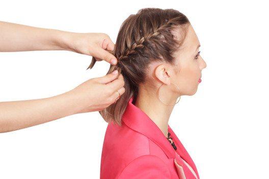 Kinnlange Haare lassen sich in mehreren Zöpfen eng am Kopf flechten. (Bild: garanga – Shutterstock.com)