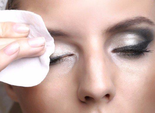 Für das Entfernen von Augen-Make-up könnt ihr eine Reinigungsmilch verwenden, die für die Augenpartie geeignet ist oder einen speziellen Augen-Make-up-Entferner. (Bild: © Marko Marcello - shutterstock.com)