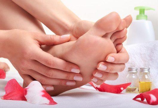 Cremes eignen sich gut zur intensiveren Pflege beanspruchter Füsse. (Bild: portumen – Shutterstock.com)