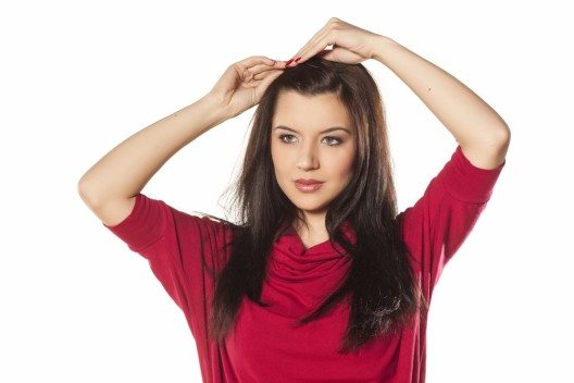 Sprühe Haarnadeln und Klammern mit etwas Spray ein, bevor du sie in deine Frisur einarbeitest. (Bild: © Vladimir Gjorgiev - shutterstock.com)