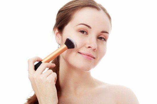 Stimme das Rouge auf die Lippenstiftfarbe ab. So kreierst Du einen besonders harmonischen Look! (Bild: © Olena Zaskochenko - shutterstock.com)