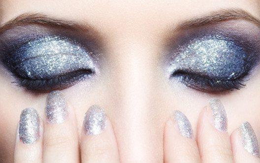 Beim Make-up bieten sich die trendigen Metallic Eyeshadows an. (Bild: Serg Zastavkin – Shutterstock.com)