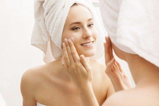 Grundsätzlich kannst du bei Mischhaut zu Kombiprodukten greifen, die sowohl für fettige als auch für normale oder trockene Haut gedacht sind. (Bild: © JL-Pfeifer - shutterstock.com)