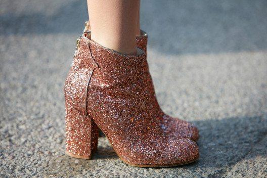 Das absolute Must-have ist der Schuh im Metallic-Look. (Bild: andersphoto – Shutterstock.com)