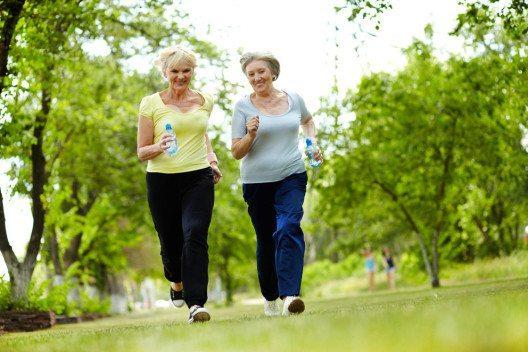 Regelmässige körperliche Aktivität kann die Risikofaktoren für einen Herzinfarkt reduzieren. (Bild: Pressmaster – Shutterstock.com)