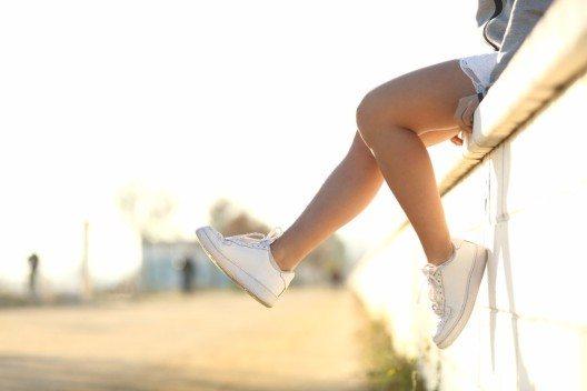 Die Lieblinge der letzten Saison, sommerlich weisse Sneakers, werden natürlich auch dieses Jahr noch nicht aussortiert. (Bild: © Antonio Guillem - shutterstock.com)