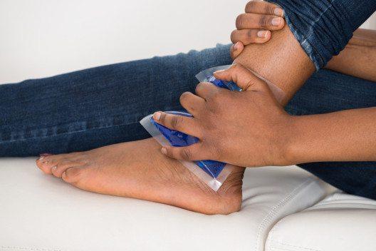 Als Erstbehandlung des Umknicktraumas hat sich das PECH-Prinzip bewährt. (Bild: Andrey_Popov – Shutterstock.com)