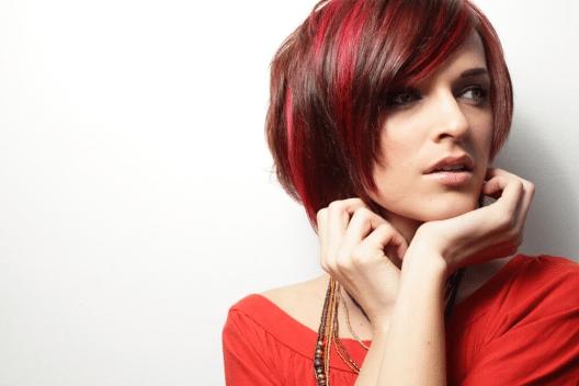 Mit einer Tönung kannst du deine Haarfarbe vorübergehend verändern. (Bild: © Felix Mizioznikov - shutterstock.com)