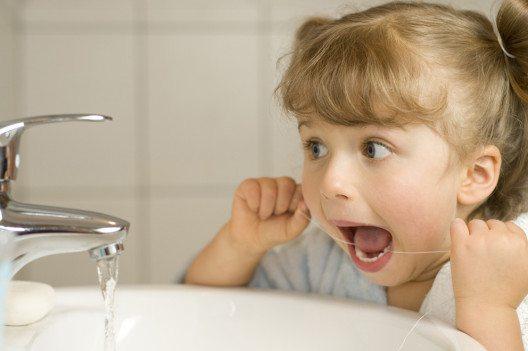 Zahnseide für Kinder (Bild: gorillaimages – Shutterstock.com)