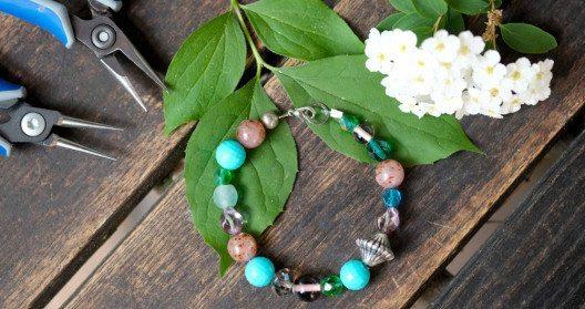 Selbstgemachtes Armband mit Perlen (Bild: Alessa Spang)