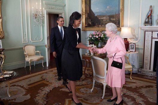 Michelle Obama 2009 in einem Cardigan von Alaïa (Bild: White House (Pete Souza) / Maison Blanche (Pete Souza), Wikimedia, public domain)