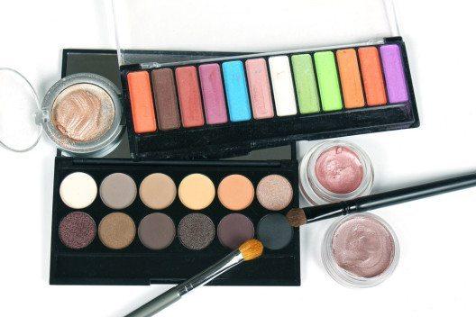 Lidschatten findest man nicht nur in unzähligen Farbvariationen, sondern auch in verschiedenen Texturen. (Bild: Ttatty – Shutterstock.com)