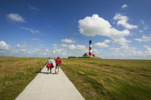 Ein guter Einstieg für alle, die nicht an Sport gewöhnt sind, ist Nordic Walking. (Bild: Hans-J. Aubert – Shutterstock.com)
