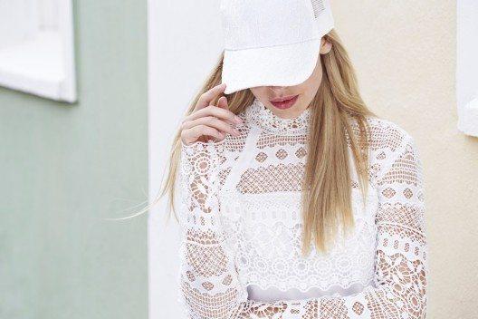 Hauptsache luftig und leicht mit viel Platz ist die Devise bei den hellen Outfits. (Bild: © sanneberg - shutterstock.com)
