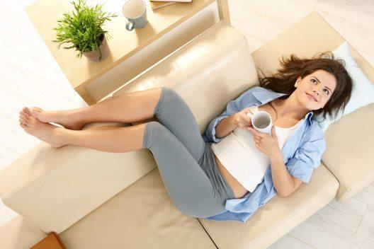 Bei Schwellungen hilft es, die Beine hochzulegen. (Bild: StockLite – Shutterstock.com)