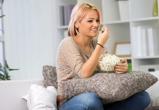 Fast jeder Diätratgeber warnt davor, während des Essens fernzusehen. (Bild: Cherries – Shutterstock.com)