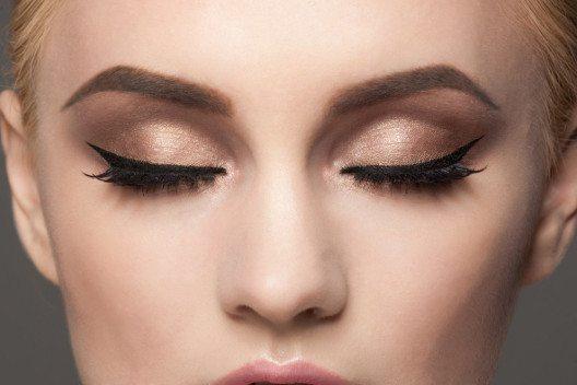 Der Flüssig-Eyeliner eignet sich nur zum Auftragen auf dem Oberlid. Für. (Bild: Malyugin – Shutterstock.com)