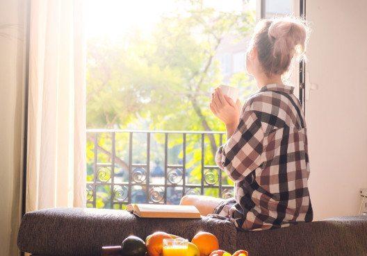 Ausschlafen und ausgiebig frühstücken – so sollte dein Wellness-Tag beginnen. (Bild: Vadim Georgiev – Shutterstock.com)